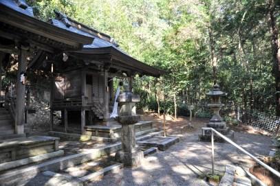 隣接する安吉神社。ここにも山中への入り口がある