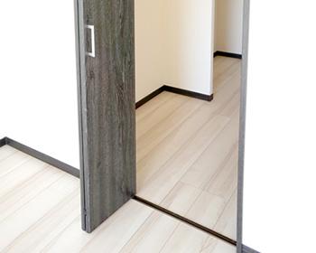 長野市上張り施工ドアなどの段差に注意