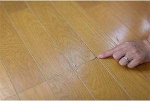 須坂市フローリング車椅子による単板剥がれの補修と張替え工事