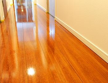 メンテナンスフリーの床はそもそも性能が良く、フロアコーティングによって性能が向上するかは疑問です。またむやみに行ってしまうと相性の問題もあるため剥がれてくる可能性もあります