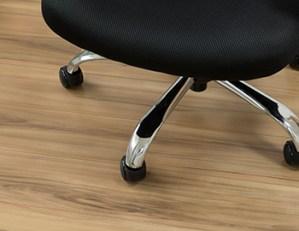 キャスター付きのイスなどを床フローリングの上で使用する際は対応できるかを確認する必要があります。床に点荷重が加わり続ける事で単板がめくれたり剥がれるたりします