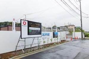 工事が進む「セキュレア新横浜」はJR横浜線の線路を越えてすぐの場所(2016年7月15日撮影)