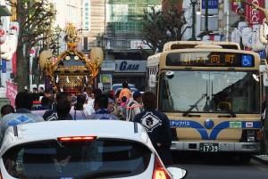 商店街を通行止めにすることなく、路線バスと上手くすれ違いながら神輿をかついでいたのが印象的です