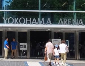 横浜アリーナの出入口ドアはガラス製となっている