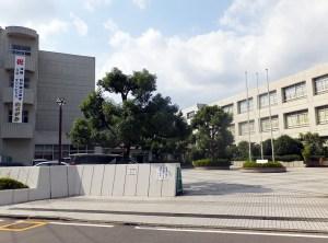 岸根公園駅から徒歩10分、新横浜駅(篠原口)から徒歩約15分の場所にある県立岸根高校