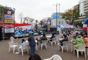 新横浜北口の駅前広場(駅前会場)では、ゆったりとした雰囲気でステージが楽しめました(11時15分ごろ)