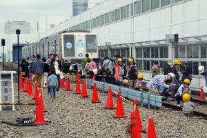 車両基地には今は走っていない古い車両の展示や、実際の線路を使った「線路点検体験」のイベントも