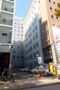 野村不動産が10階建ての飲食店建設を計画している新横浜2丁目のコインパーキング