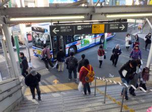 菊名駅の東口(東急側)の駅前は狭いものの、著名店が近接しているので訪れるには便利