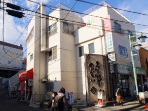 丸天(左側)と同じ鈴木ビル2階にある「牛角菊名店」も1月23日で閉店となる