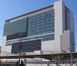新横浜駅ビルは10階までが「キュービックプラザ」、その上が「ホテルアソシア」となっている