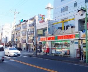 「サンクス横浜菊名店」は菊名地区センター前のバス停近くにある