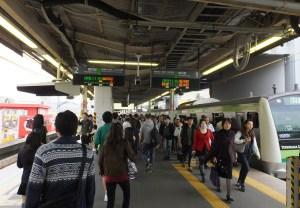 横浜線の菊名駅はホームが1本だけのため、朝夕やイベント開催時、列車到着時ホーム上が混雑する