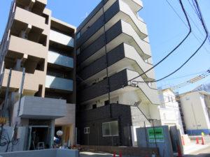 「アーバンテラス新横浜」(左)と「クレデュマーメ」、さらに奥側(高架橋寄り)では一戸建ての分譲工事も進む