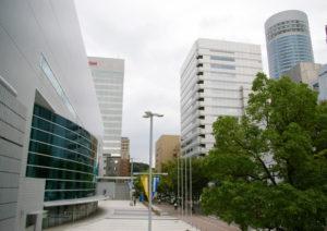 横浜アリーナ(左)と西武グループの新横浜プリンスホテル(右)は至近距離にある