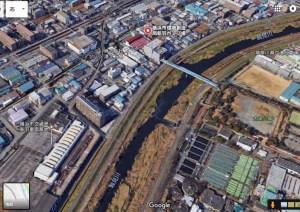 市が活用を検討している新羽ポンプ場から伸びる「汚水圧送管橋」(上部)(グーグルアースより)