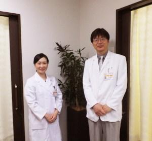 センター長の中川望先生(右)、問診を担当する佐藤加奈子先生(左)。予防医療や「未病」(みびょう)に早くから力を入れてきた法人の理念を実践し、多く現場で地域医療に貢献してきた