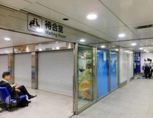 東口改札内待合室では「カフェラット.25°」のオープンに向けて工事が行われている(5月19日)