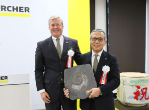 記念撮影をするハルトムート・イエナー代表取締役会長(左)と、佐藤八郎代表取締役社長。9月22日に本社移転を祝うイベントを開催。新社屋が多くのメディアに披露された(同社提供)