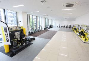 新本社ビル2階にある「ケルヒャーアカデミー」では、異なる床材による現場を再現、機器を実際に使って性能を確認できる(同社提供)