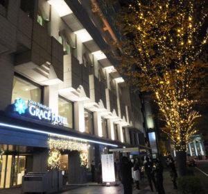 この冬のライトアップは12月1日からスタート。新横浜グレイスホテルのクリスマス・イルミネーション期間と重なり、よりロマンティックな雰囲気を奏でる