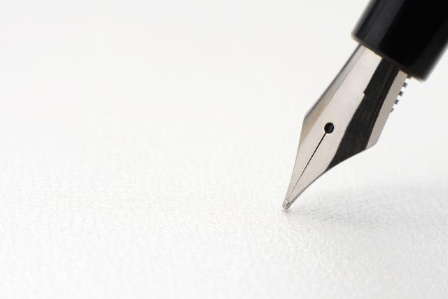 万年筆で紙に手紙を書く