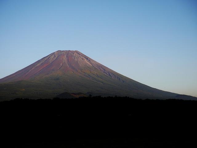 雪が積もっていない富士山