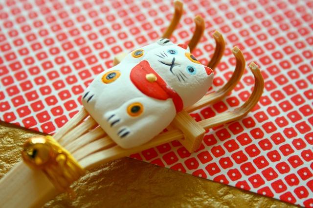 招き猫の人形がついた熊手