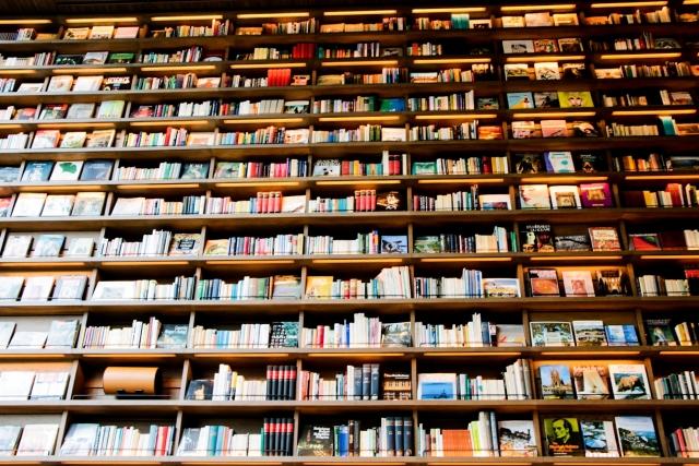 高い本棚の本