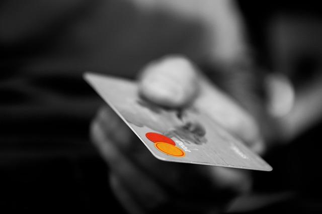 クレジットカードを差し出す男性