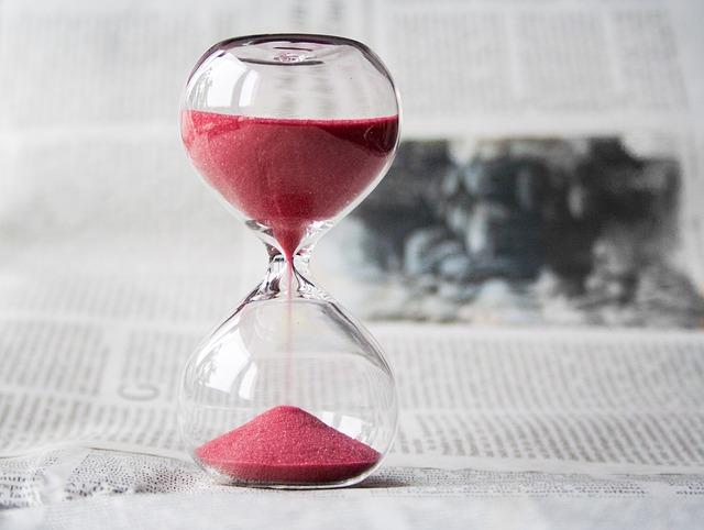 新聞の上の赤い砂時計
