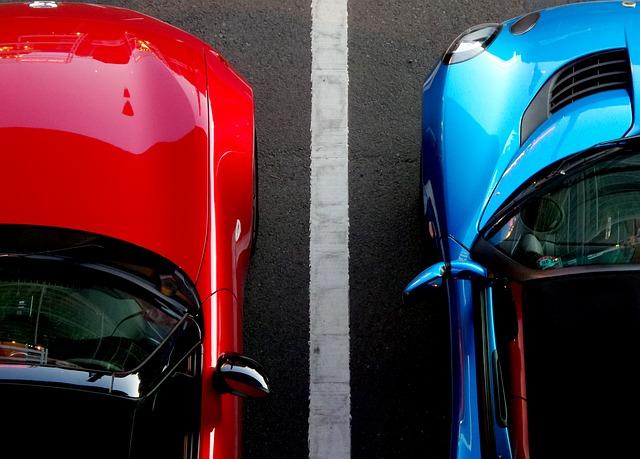 駐車場に停められた赤と青の車