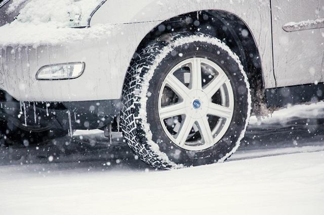 スタッドレスタイヤで雪道を走る車