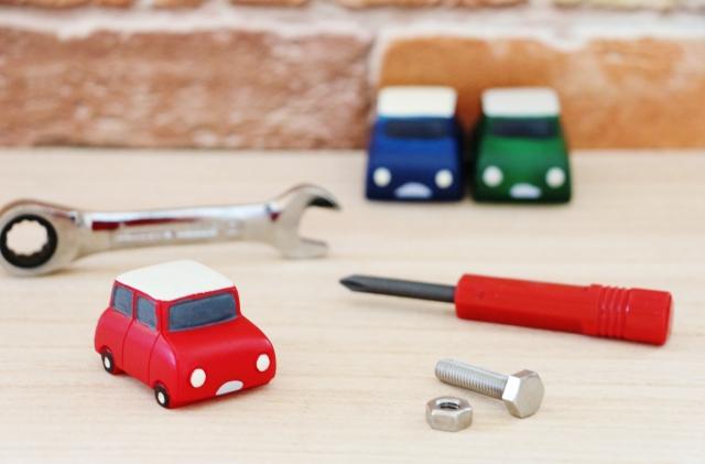 ミニチュアの車と工具