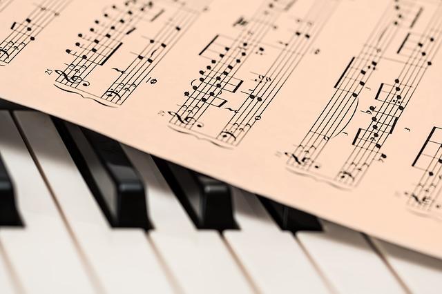 楽譜とピアノの鍵盤