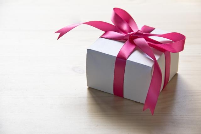 赤いリボンが巻かれたプレゼントボックス