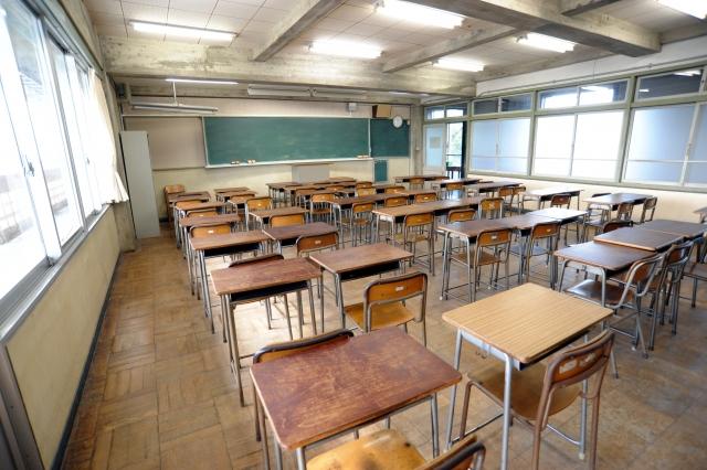 誰もいない小学校の教室