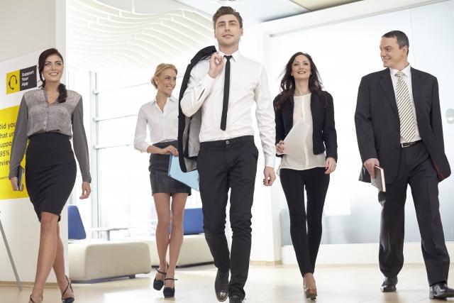 スーツ姿のビジネスマンとビジネスウーマン