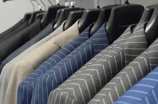 いろいろな柄と色のメンズスーツ