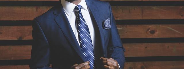 無地の紺色のスーツ