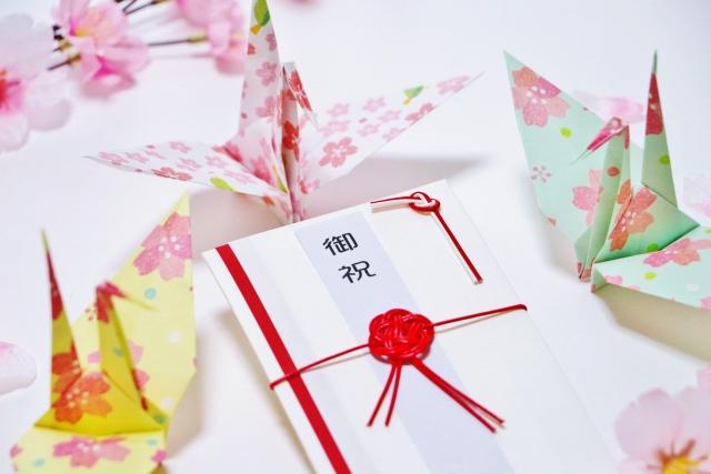 お祝いの袋と折り鶴