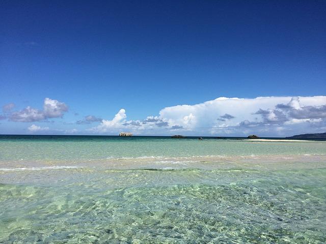 透き通った沖縄の海