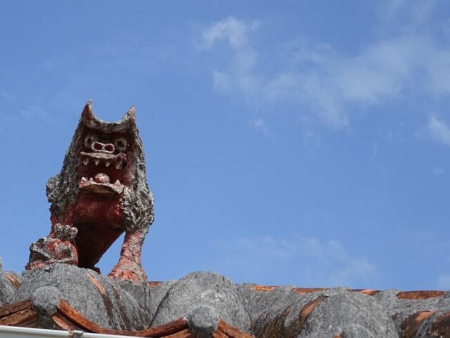 沖縄の家の屋根に飾られたシーサー