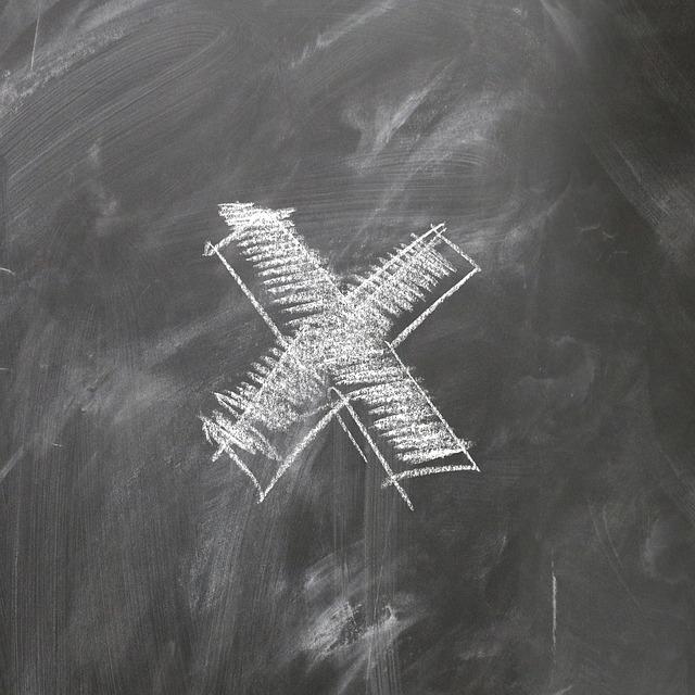 黒板に書かれたバツマーク