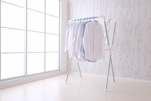 部屋干ししているシャツ