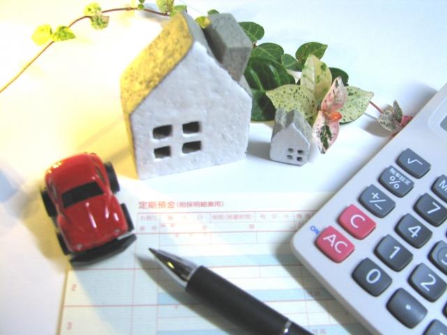 通帳と電卓と車と家
