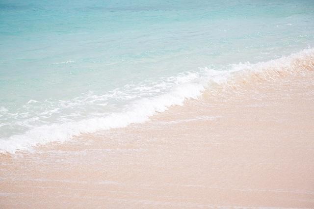 沖縄の綺麗な砂浜と海