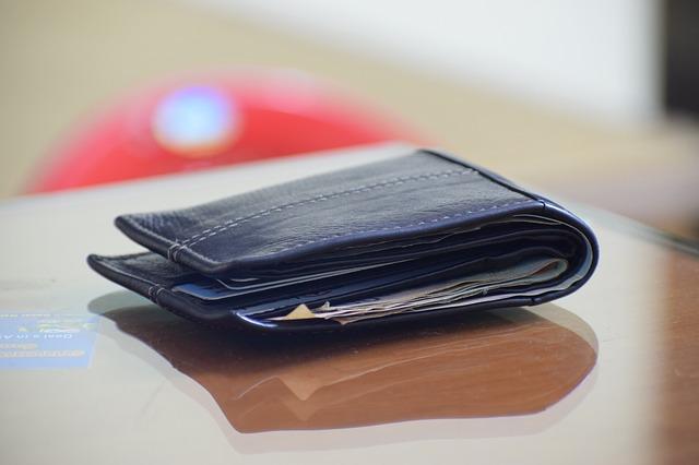 机の上に置かれた財布
