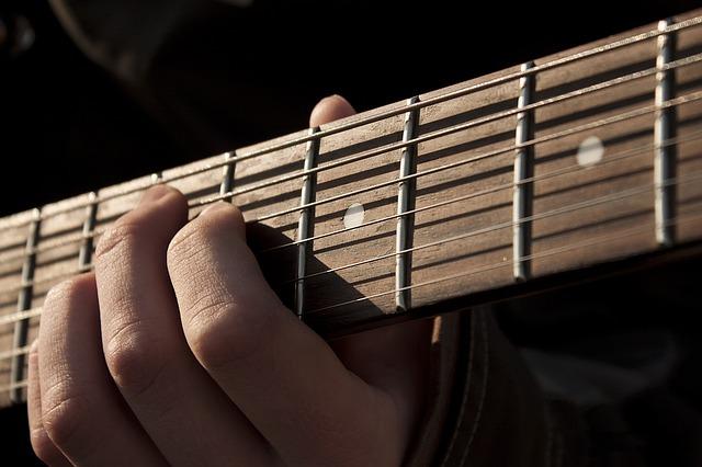 ギターの弦を抑える手