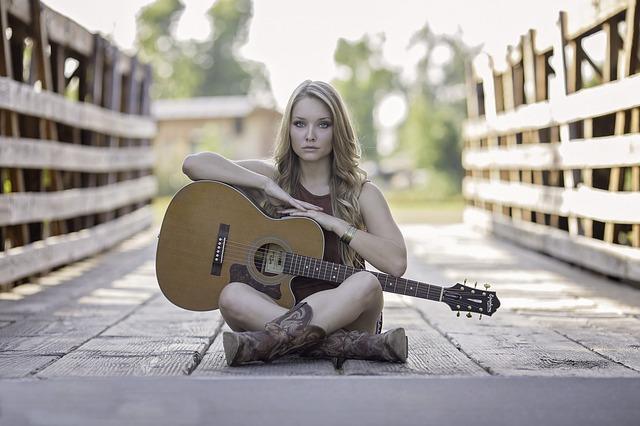 ギターを持って座る女性